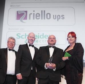 Graham Chris  Leo receiving award from Datacentre.me (002)